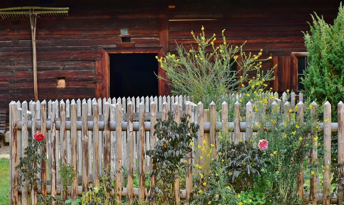 Cheap Fence Design Ideas: 13 Must-See DIY Fence Examples